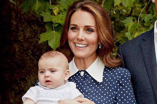 Rũ bỏ những bộ trang phục hoàng tộc, Công nương Kate gây sốt khi xuất hiện cực giản dị như bao bà mẹ bỉm sữa khác tất bật với con út - Ảnh 2.