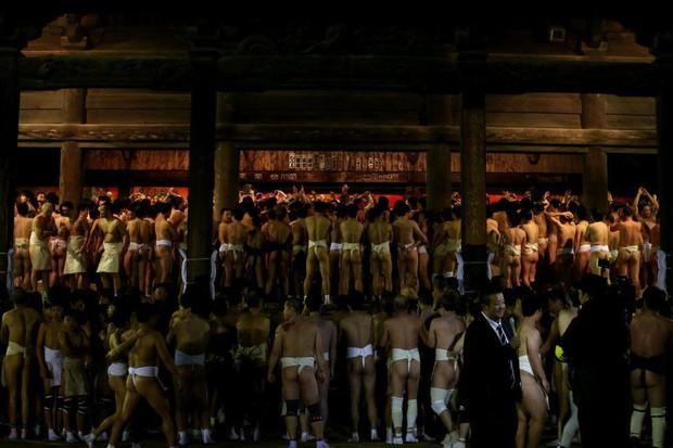 10 nghìn thanh niên cởi trần lao vào nhau tìm gậy thánh trong lễ hội cầu may tại Nhật Bản - Ảnh 7.