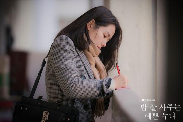 Bạn có nhận ra các 'noona' trong phim Hàn, từ 'Chị Đẹp' đến 'Encounter' và 'Phụ Lục Tình Yêu' đều giống nhau đến kỳ lạ - Ảnh 2.