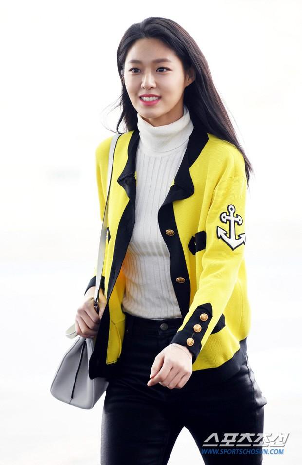 Em út mặt trắng bệch dẫn đầu đoàn BTS đọ sắc với Suho (EXO), mỹ nhân Seolhyun khoe dáng sang chảnh tại sân bay - Ảnh 22.