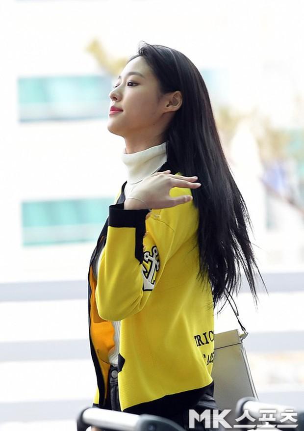 Em út mặt trắng bệch dẫn đầu đoàn BTS đọ sắc với Suho (EXO), mỹ nhân Seolhyun khoe dáng sang chảnh tại sân bay - Ảnh 23.