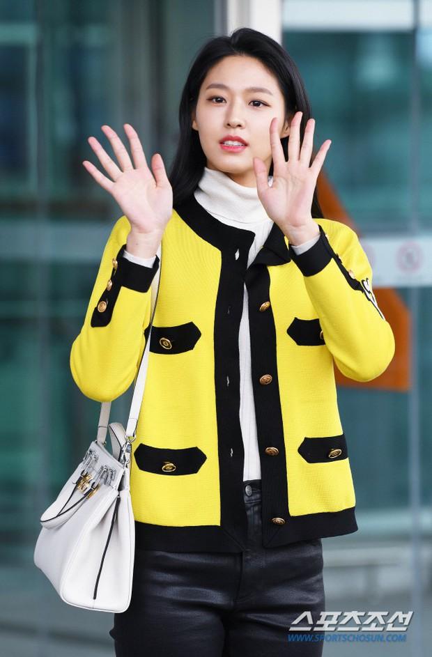 Em út mặt trắng bệch dẫn đầu đoàn BTS đọ sắc với Suho (EXO), mỹ nhân Seolhyun khoe dáng sang chảnh tại sân bay - Ảnh 25.
