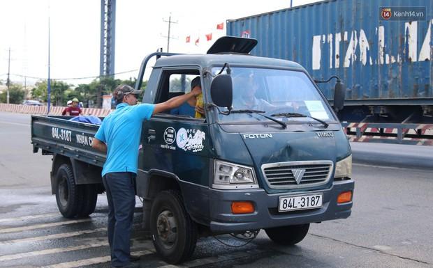 Sự tử tế tại lễ hội chùa Bà lớn nhất Bình Dương: Từ nước suối, cơm trưa, nhang khói đến bơm vá sửa xe đều miễn phí - Ảnh 7.