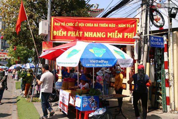 Sự tử tế tại lễ hội chùa Bà lớn nhất Bình Dương: Từ nước suối, cơm trưa, nhang khói đến bơm vá sửa xe đều miễn phí - Ảnh 10.