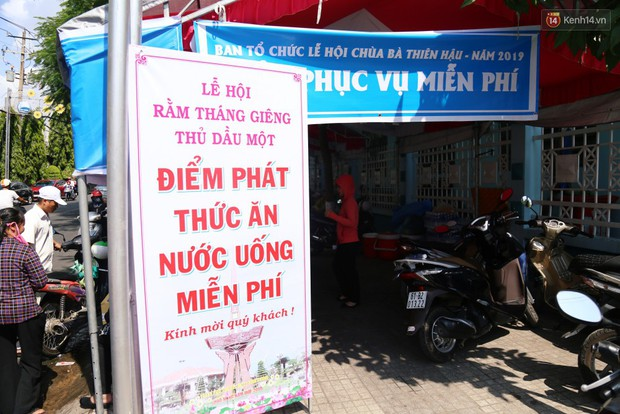 Sự tử tế tại lễ hội chùa Bà lớn nhất Bình Dương: Từ nước suối, cơm trưa, nhang khói đến bơm vá sửa xe đều miễn phí - Ảnh 8.