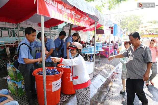 Sự tử tế tại lễ hội chùa Bà lớn nhất Bình Dương: Từ nước suối, cơm trưa, nhang khói đến bơm vá sửa xe đều miễn phí - Ảnh 14.