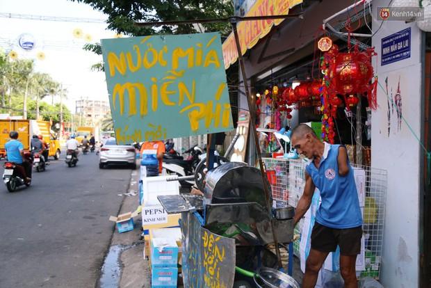 Sự tử tế tại lễ hội chùa Bà lớn nhất Bình Dương: Từ nước suối, cơm trưa, nhang khói đến bơm vá sửa xe đều miễn phí - Ảnh 11.
