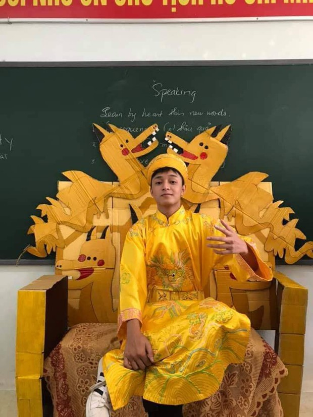 Lớp học khoe ghế giáo viên bằng ngai vàng độc đáo nhưng vẻ đẹp trai của hoàng thượng mới khiến dân tình chao đảo - Ảnh 3.