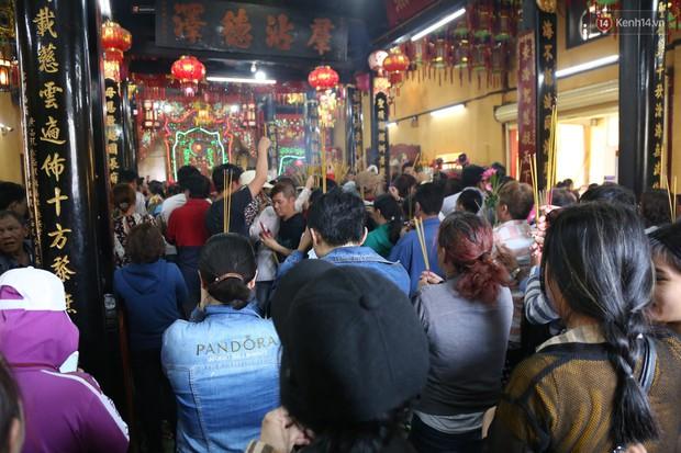 Hàng ngàn người đổ mồ hôi, chen lấn vào thắp hương viếng chùa Bà ở Bình Dương - Ảnh 1.