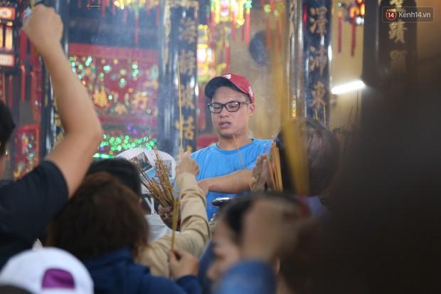 Hàng ngàn người đổ mồ hôi, chen lấn vào thắp hương viếng chùa Bà ở Bình Dương - Ảnh 2.