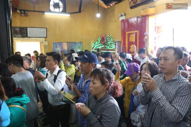 Hàng ngàn người đổ mồ hôi, chen lấn vào thắp hương viếng chùa Bà ở Bình Dương - Ảnh 3.