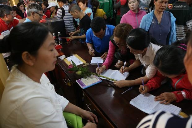 Hàng ngàn người đổ mồ hôi, chen lấn vào thắp hương viếng chùa Bà ở Bình Dương - Ảnh 13.