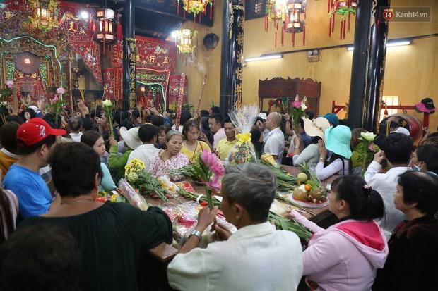 Hàng ngàn người đổ mồ hôi, chen lấn vào thắp hương viếng chùa Bà ở Bình Dương - Ảnh 6.