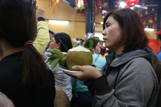 Hàng ngàn người đổ mồ hôi, chen lấn vào thắp hương viếng chùa Bà ở Bình Dương - Ảnh 5.