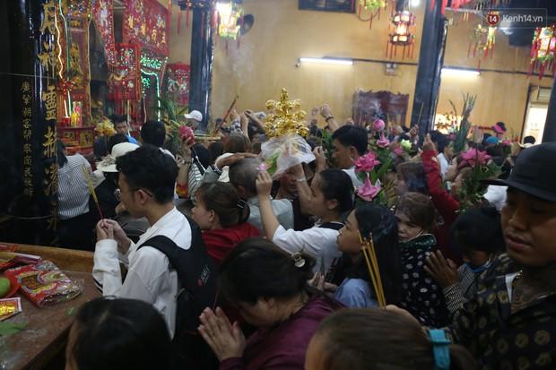 Hàng ngàn người đổ mồ hôi, chen lấn vào thắp hương viếng chùa Bà ở Bình Dương - Ảnh 11.