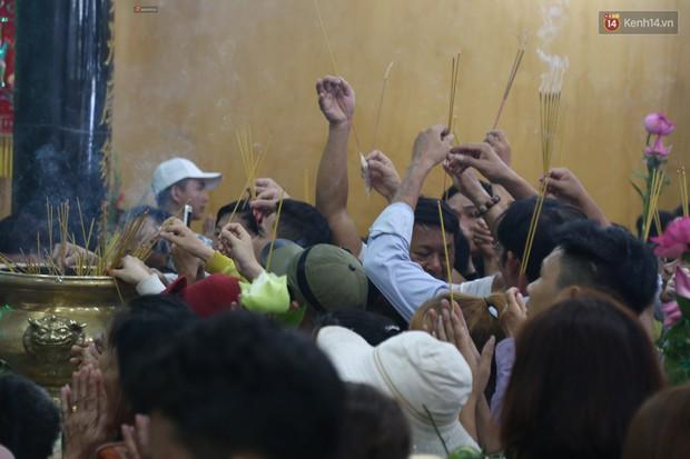 Hàng ngàn người đổ mồ hôi, chen lấn vào thắp hương viếng chùa Bà ở Bình Dương - Ảnh 10.