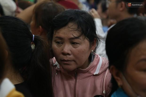 Hàng ngàn người đổ mồ hôi, chen lấn vào thắp hương viếng chùa Bà ở Bình Dương - Ảnh 9.