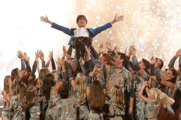 Susan Boyle dừng chân ở top 12 Americas Got Talent, Thần bài gốc Á giành chiến thắng - Ảnh 4.