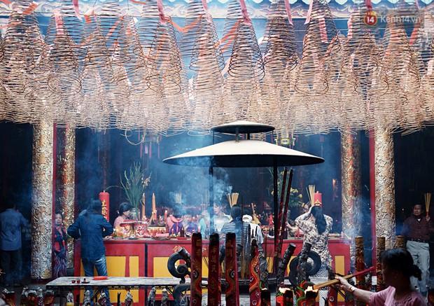 Hàng nghìn người Sài Gòn đổ về quận 5 chiêm ngưỡng màn trình diễn đón Tết Nguyên Tiêu - Ảnh 1.