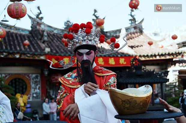 Hàng nghìn người Sài Gòn đổ về quận 5 chiêm ngưỡng màn trình diễn đón Tết Nguyên Tiêu - Ảnh 3.