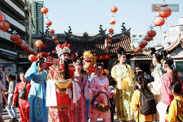 Hàng nghìn người Sài Gòn đổ về quận 5 chiêm ngưỡng màn trình diễn đón Tết Nguyên Tiêu - Ảnh 4.