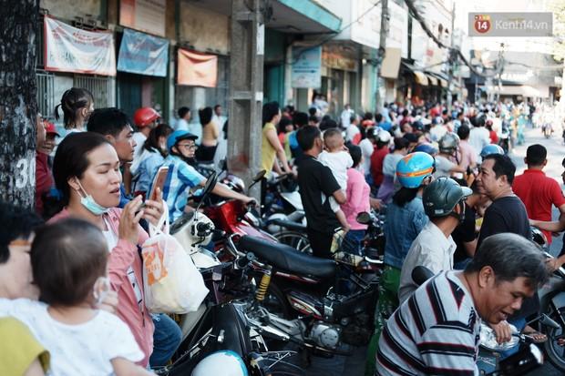 Hàng nghìn người Sài Gòn đổ về quận 5 chiêm ngưỡng màn trình diễn đón Tết Nguyên Tiêu - Ảnh 5.