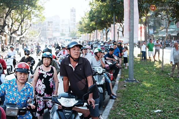 Hàng nghìn người Sài Gòn đổ về quận 5 chiêm ngưỡng màn trình diễn đón Tết Nguyên Tiêu - Ảnh 6.