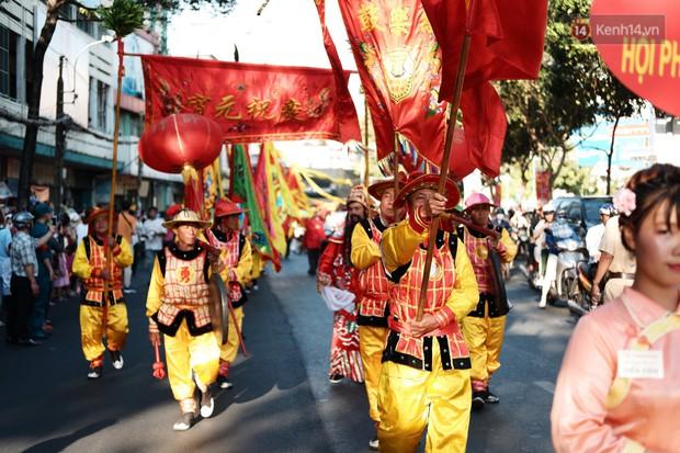 Hàng nghìn người Sài Gòn đổ về quận 5 chiêm ngưỡng màn trình diễn đón Tết Nguyên Tiêu - Ảnh 7.