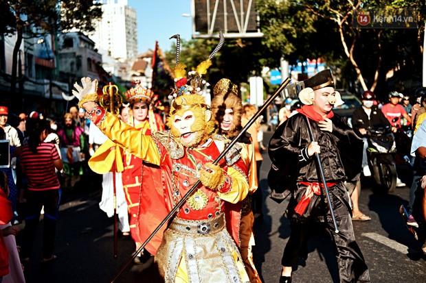 Hàng nghìn người Sài Gòn đổ về quận 5 chiêm ngưỡng màn trình diễn đón Tết Nguyên Tiêu - Ảnh 9.