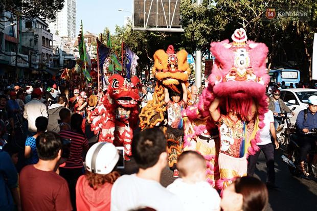 Hàng nghìn người Sài Gòn đổ về quận 5 chiêm ngưỡng màn trình diễn đón Tết Nguyên Tiêu - Ảnh 10.