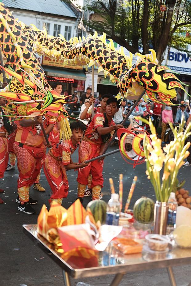 Hàng nghìn người Sài Gòn đổ về quận 5 chiêm ngưỡng màn trình diễn đón Tết Nguyên Tiêu - Ảnh 12.