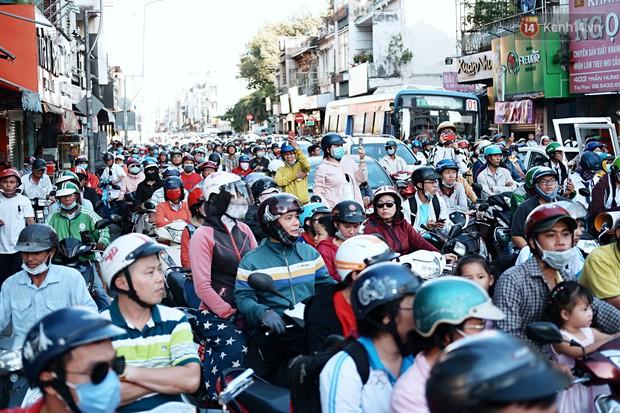 Hàng nghìn người Sài Gòn đổ về quận 5 chiêm ngưỡng màn trình diễn đón Tết Nguyên Tiêu - Ảnh 13.