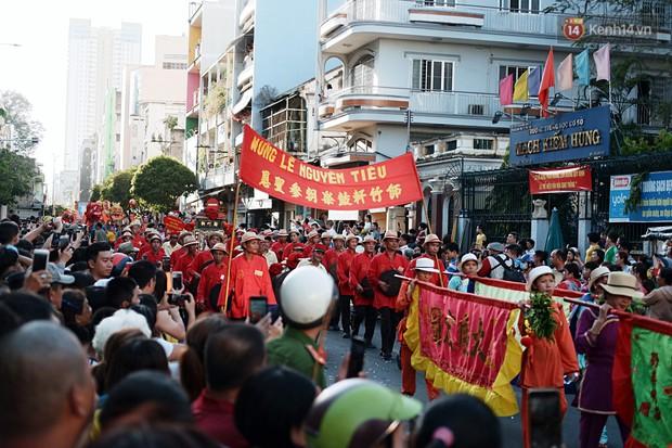 Hàng nghìn người Sài Gòn đổ về quận 5 chiêm ngưỡng màn trình diễn đón Tết Nguyên Tiêu - Ảnh 8.