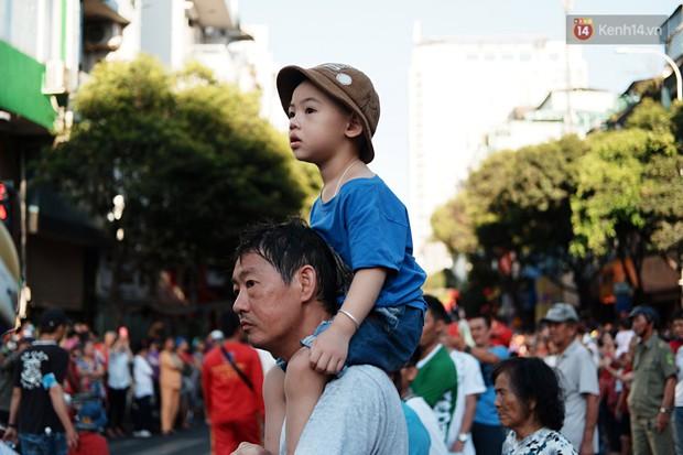 Hàng nghìn người Sài Gòn đổ về quận 5 chiêm ngưỡng màn trình diễn đón Tết Nguyên Tiêu - Ảnh 17.