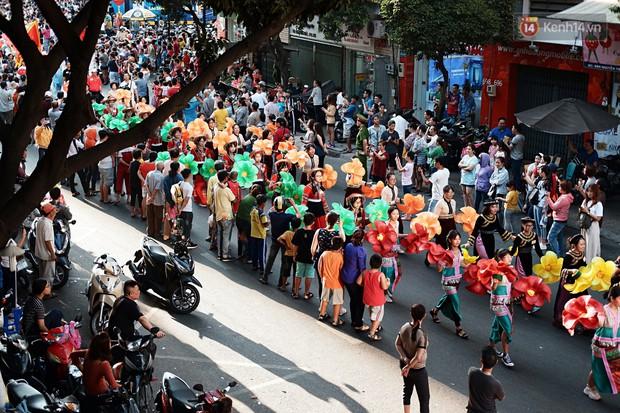 Hàng nghìn người Sài Gòn đổ về quận 5 chiêm ngưỡng màn trình diễn đón Tết Nguyên Tiêu - Ảnh 15.