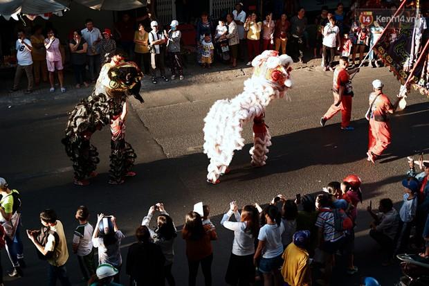 Hàng nghìn người Sài Gòn đổ về quận 5 chiêm ngưỡng màn trình diễn đón Tết Nguyên Tiêu - Ảnh 16.