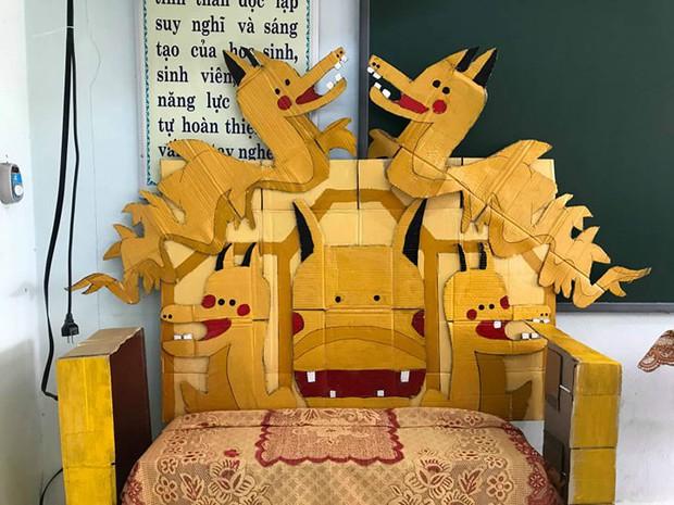 Lớp học khoe ghế giáo viên bằng ngai vàng độc đáo nhưng vẻ đẹp trai của hoàng thượng mới khiến dân tình chao đảo - Ảnh 1.
