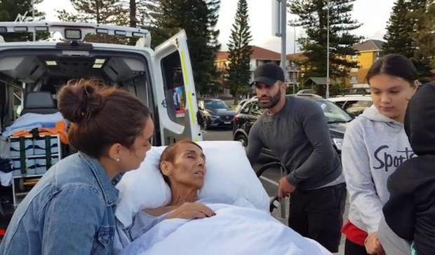 Khoảnh khắc người mẹ ung thư được đưa tới bãi biển ngắm hoàng hôn lần cuối gây xúc động mạnh - Ảnh 1.