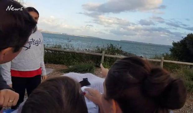 Khoảnh khắc người mẹ ung thư được đưa tới bãi biển ngắm hoàng hôn lần cuối gây xúc động mạnh - Ảnh 4.
