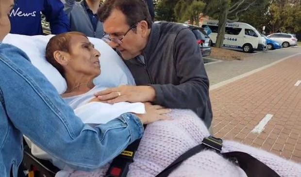 Khoảnh khắc người mẹ ung thư được đưa tới bãi biển ngắm hoàng hôn lần cuối gây xúc động mạnh - Ảnh 3.
