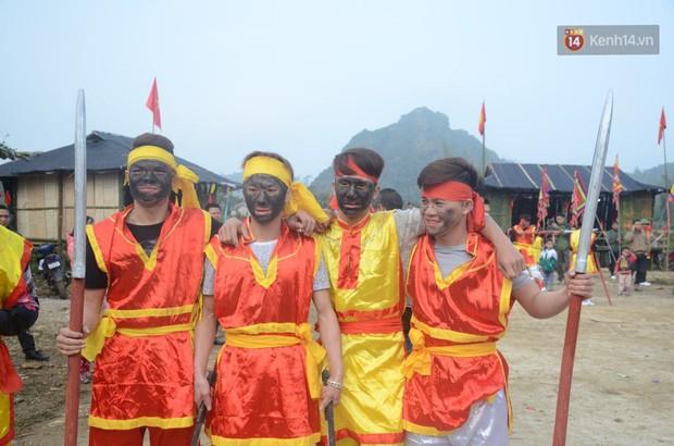 Người dân chen chân chụp ảnh bên cạnh của quý khổng lồ trong lễ hội độc nhất vô nhị ở Việt Nam - Ảnh 7.