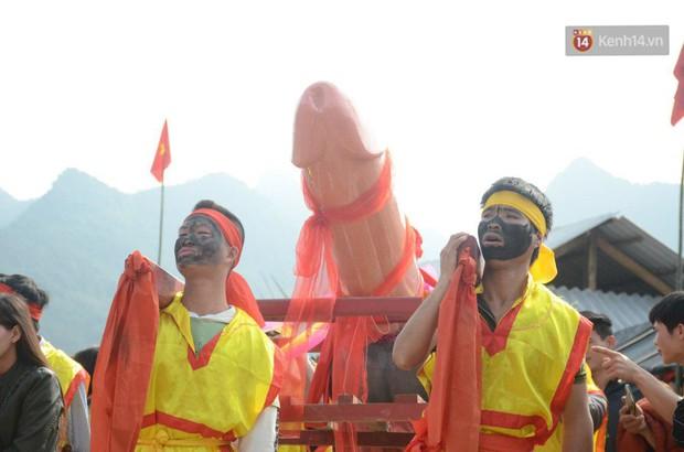 Người dân chen chân chụp ảnh bên cạnh của quý khổng lồ trong lễ hội độc nhất vô nhị ở Việt Nam - Ảnh 4.