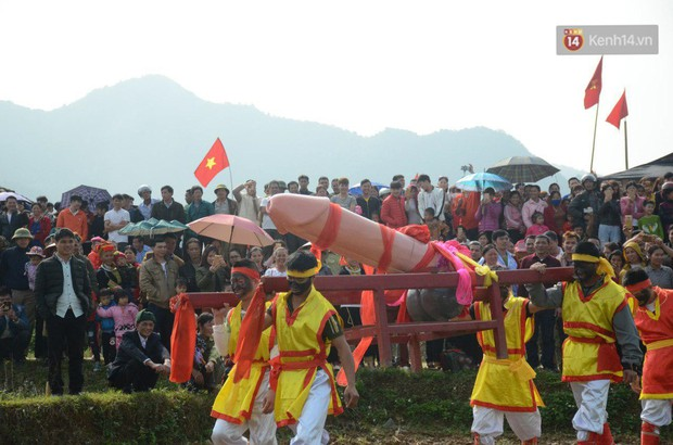 Người dân chen chân chụp ảnh bên cạnh của quý khổng lồ trong lễ hội độc nhất vô nhị ở Việt Nam - Ảnh 3.