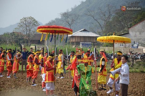 Người dân chen chân chụp ảnh bên cạnh của quý khổng lồ trong lễ hội độc nhất vô nhị ở Việt Nam - Ảnh 2.