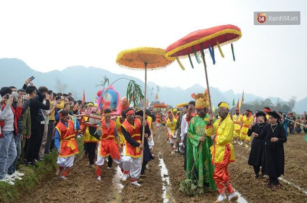 Người dân chen chân chụp ảnh bên cạnh của quý khổng lồ trong lễ hội độc nhất vô nhị ở Việt Nam - Ảnh 12.
