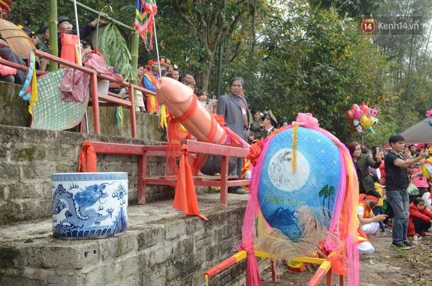 Người dân chen chân chụp ảnh bên cạnh của quý khổng lồ trong lễ hội độc nhất vô nhị ở Việt Nam - Ảnh 16.