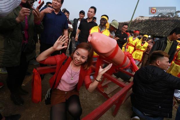Người dân chen chân chụp ảnh bên cạnh của quý khổng lồ trong lễ hội độc nhất vô nhị ở Việt Nam - Ảnh 9.