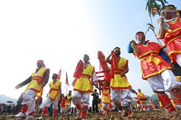 Người dân chen chân chụp ảnh bên cạnh của quý khổng lồ trong lễ hội độc nhất vô nhị ở Việt Nam - Ảnh 11.