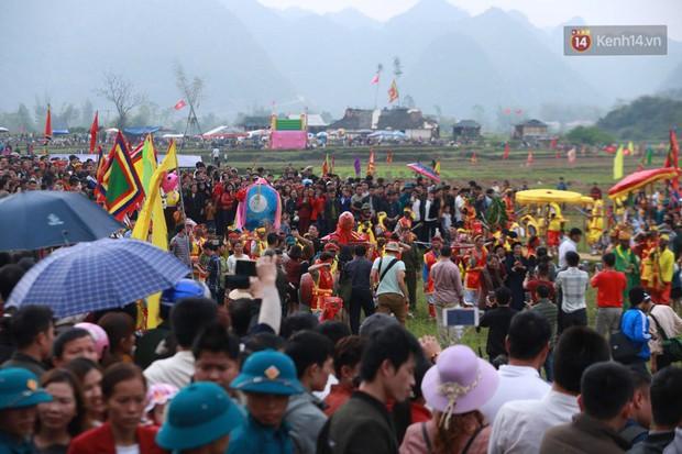 Người dân chen chân chụp ảnh bên cạnh của quý khổng lồ trong lễ hội độc nhất vô nhị ở Việt Nam - Ảnh 13.