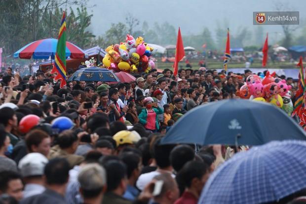 Người dân chen chân chụp ảnh bên cạnh của quý khổng lồ trong lễ hội độc nhất vô nhị ở Việt Nam - Ảnh 17.